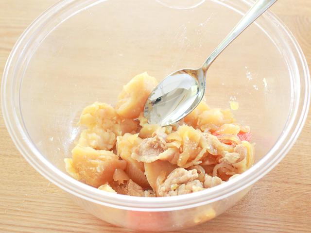 肉じゃがをスプーンなどで粗くつぶす。具材はつぶし過ぎなくてもOK(肉じゃがスコップコロッケ)