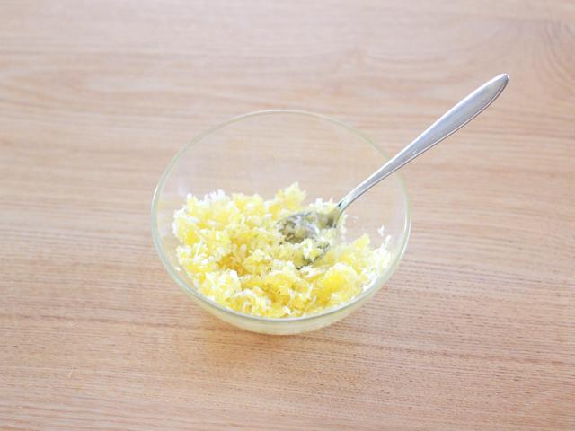 パン粉とオリーブオイルを混ぜる。分量を間違わないよう注意(肉じゃがスコップコロッケ)
