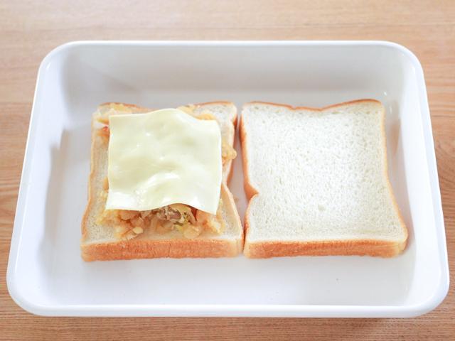 食パンにつぶした肉じゃがをこんもり盛ろう!(ホットサンド)