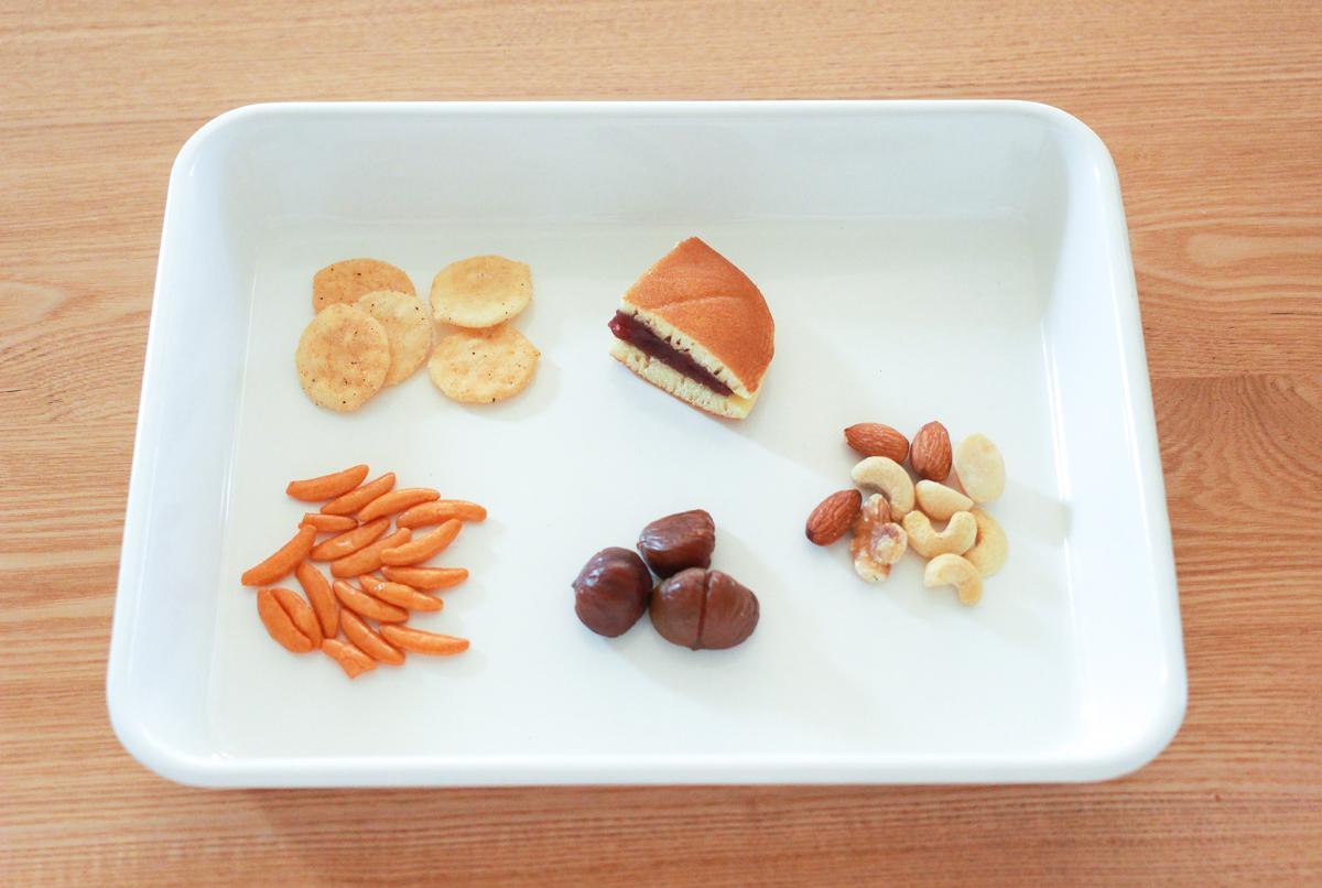 用意したのはミックスナッツ、柿の種、むき甘栗、黒胡椒せん、どら焼き。意外な食材もチョコレートで固めてみよう!