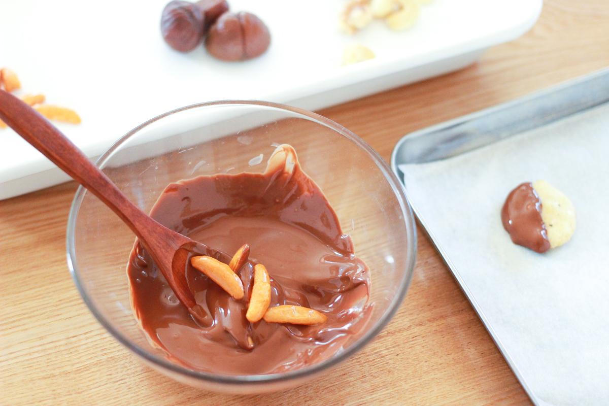 溶かしたチョコレートを絡め、オーブンペーパーの上に並べて固める
