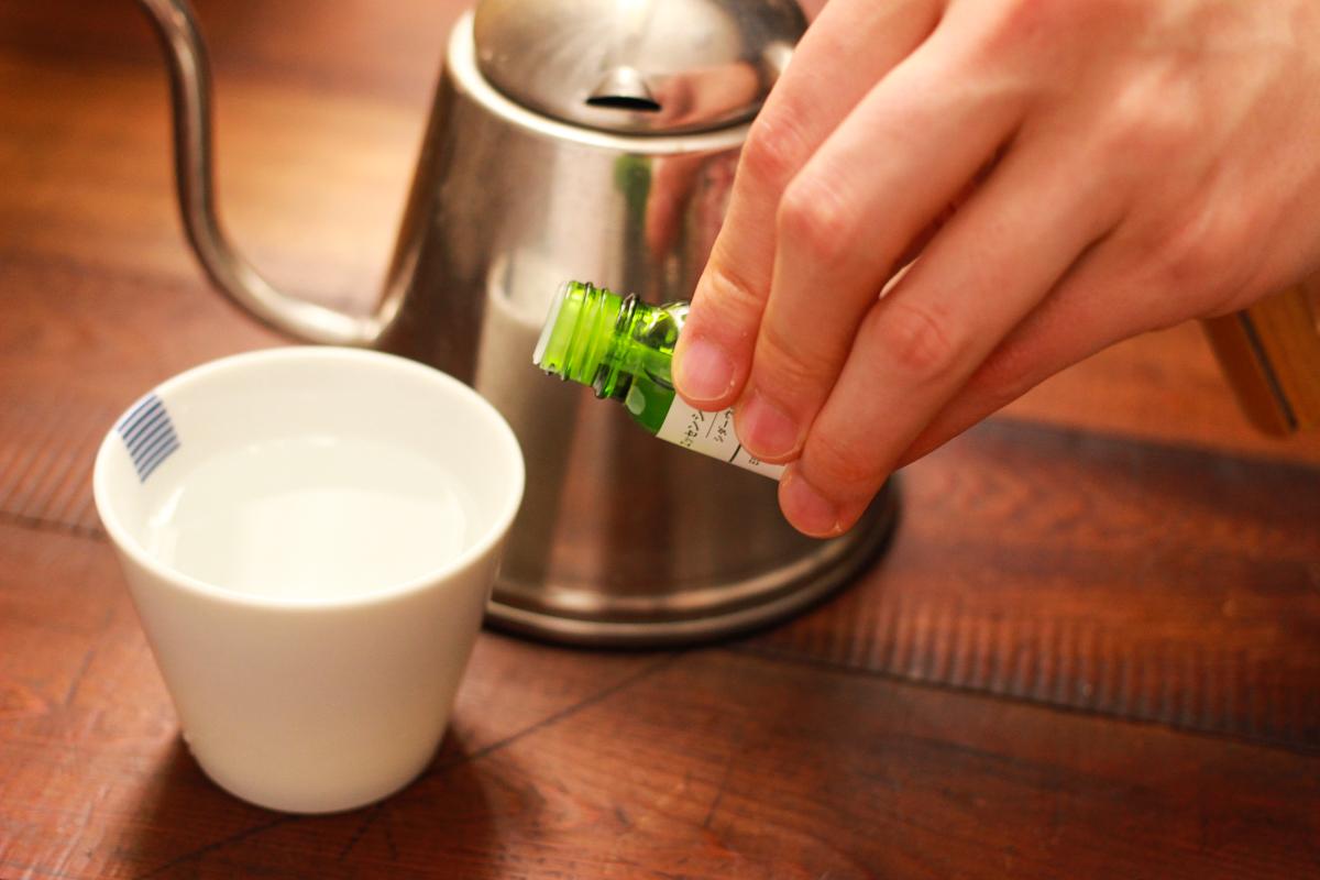 お湯をはったマグカップにエッセンシャルオイルを垂らすだけ