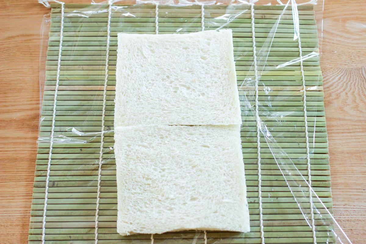 ラップは巻きすよりも大きめに用意。巻きすの上に食パンを縦に並べる