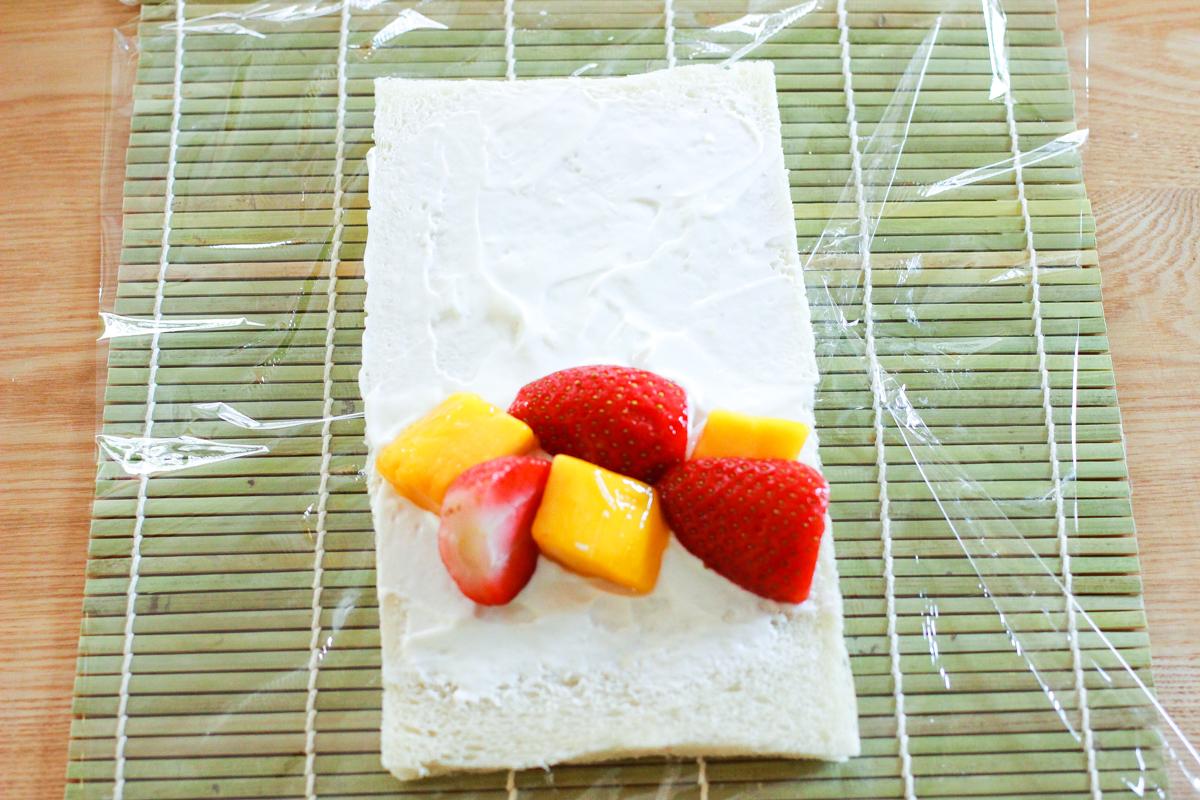 手前よりの中央に冷凍フルーツを並べる。フルーツの量は6個程度