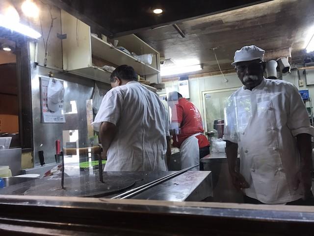 厨房はガラス張りで調理風景が丸見え。ナンを焼く姿を見ることができる|スパイスマジック カルカッタ 本店