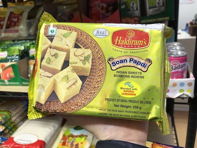 日本人に人気No.1というソアン・パプディはサクサクした食感とカルダモンの香りが印象的|スワガット インディアン バザール