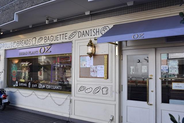 パリの街角が似合いそうな外観|ブレッドプラントオズ 八雲本店