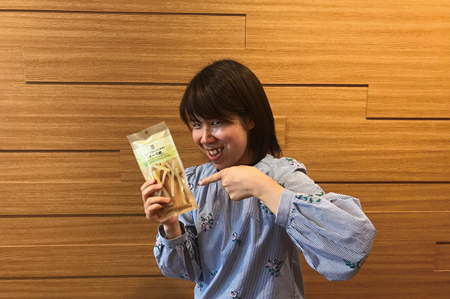 コンビニで買えるチータラでアレンジレシピを作るのは、めっちゃなめた表情の木村|【コンビニ飯レシピ】コンビ二食材で作る簡単アレンジ料理のレシピを編集部が考案!