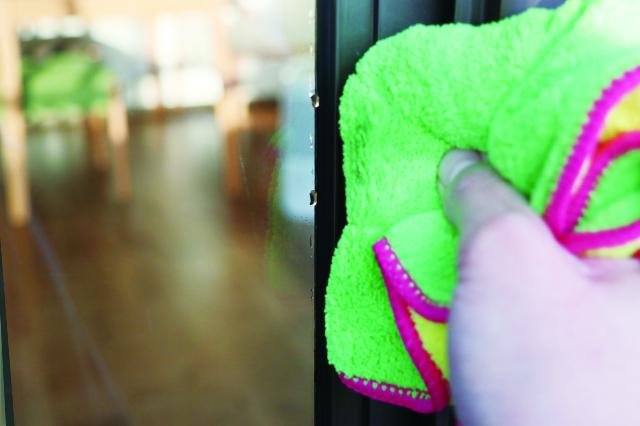 窓の端にたまった水分を雑巾でふき取る。これを繰り返していくと……|ミルキーカラー ウィンドーワイパー(ダイソー)