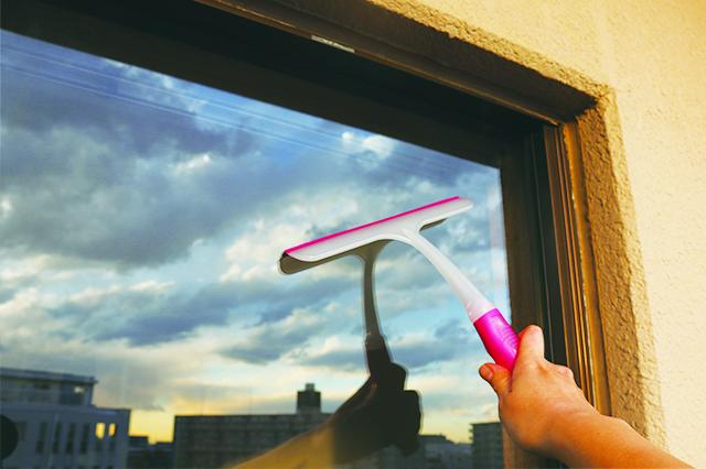 ワイパーを窓の上部に当て、ゆっくりと右下へ動かしていく|ミルキーカラー ウィンドーワイパー(ダイソー)
