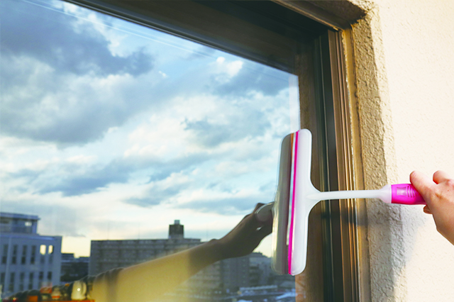 拭き跡の汚れを、水分とともに窓の端へ追いやる|ミルキーカラー ウィンドーワイパー(ダイソー)