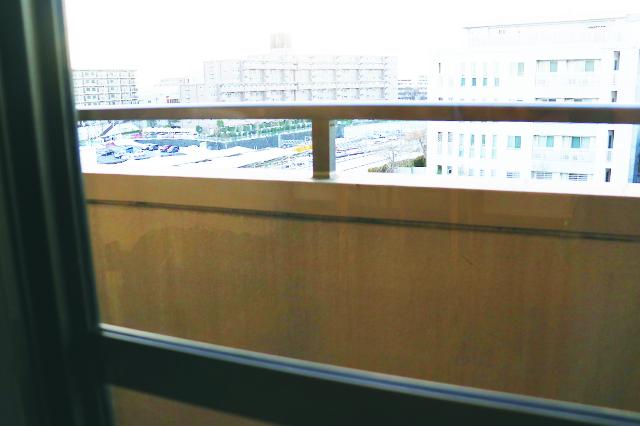 じゃーん! 窓に残っていた拭き跡がピカピカに!|ミルキーカラー ウィンドーワイパー(ダイソー)