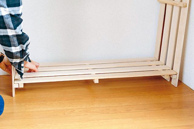 部屋の壁を使いながら組み立てていこう|すのこ収納棚