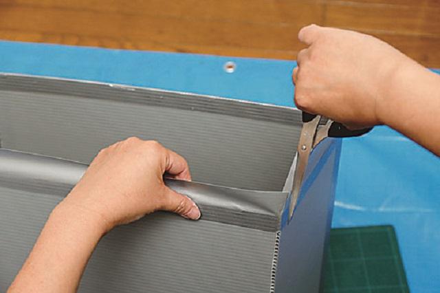 角で手を切らないように、しっかり貼っておこう|プラスチック段ボールで簡単ゴミ箱の作り方