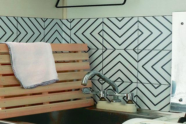 キッチンがこなれた印象に!|壁紙を貼って水栓を変えて、オシャレなキッチンをつくろう!