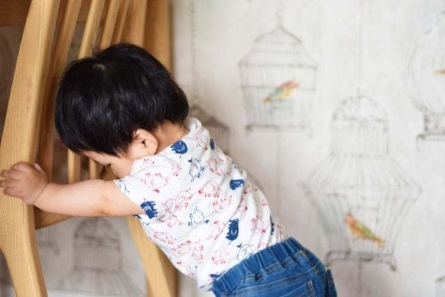 つかまり立ちが始まると床上80cmくらいの高さまで手が届くように|子育てが楽になるインテリア&片付けの方法