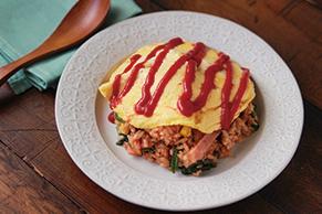 【コンビニ飯レシピ】フライパンと包丁を使わない失敗知らずの電子レンジオムライス