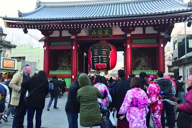 「浅草」のシンボル〝雷門〟周辺は常に国内外の観光客でいっぱい
