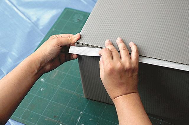 布テープはプラスチック段ボールの色に合わせて|プラスチック段ボールで簡単ゴミ箱の作り方