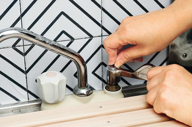 説明書通りに行えば、5分で取り替えが完了する|壁紙を貼って水栓を変えて、オシャレなキッチンをつくろう!