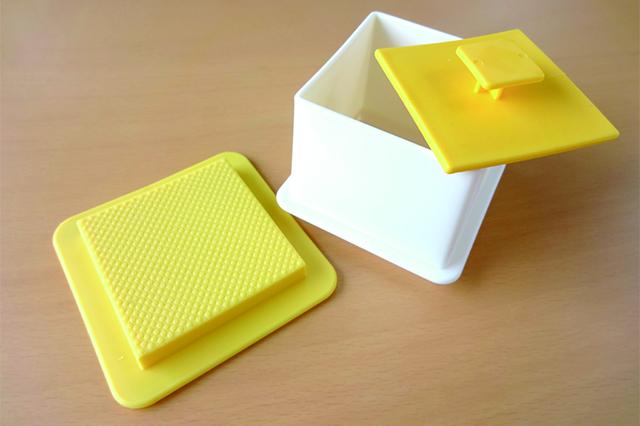 中身は上蓋、枠、受け皿の3つの部品に分かれている|デコ寿司メーカー(ダイソー)