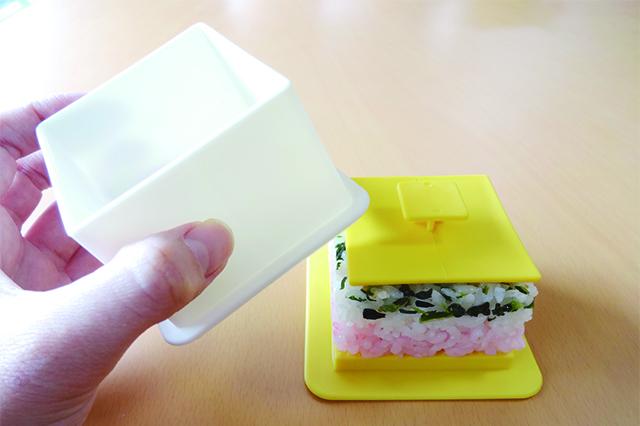 3色のきれいな酢飯があらわれた!|デコ寿司メーカー(ダイソー)