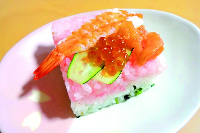まるでケーキのようなかわいいデコ寿司が完成!|デコ寿司メーカー(ダイソー)