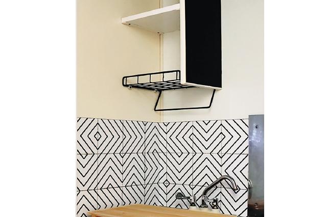 こんな感じで貼ることができた|壁紙を貼って水栓を変えて、オシャレなキッチンをつくろう!