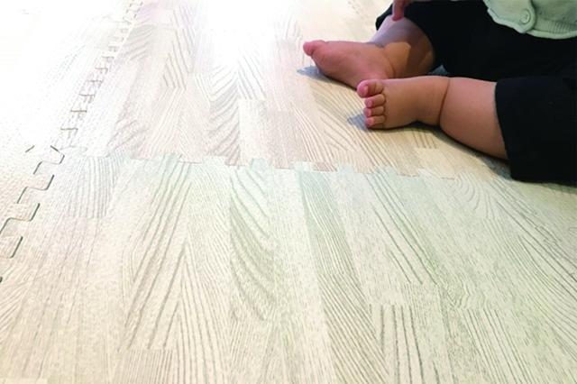 最近は木目調などオシャレなジョイントマットもある|子育てが楽になるインテリア&片付けの方法