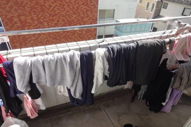 木村が干した洗濯物たち。さまざまな衣類が重なり合い、とっても汚い|洗濯物が早く乾く干し方