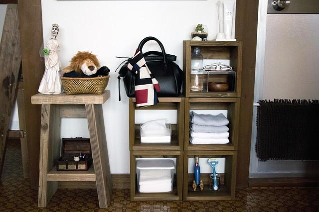 大きな収納棚は買わず、必要な数だけ自由に積み重ねられるシンプルな収納ボックスを活用。こちらも楽天市場で購入。つんどくボックス 1S (1,296円)|SUGIインテリア|シンプルな暮らしに最適な和室のメリット