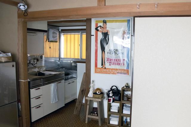 お気に入りのポスターを突っ張り棒にひっかけて飾っている。レトロな色味が和の空間のアクセントに|シンプルな暮らしに最適な和室のメリット