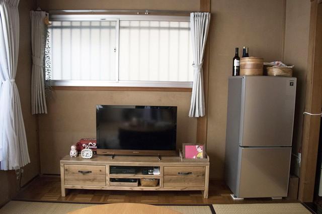 和室ならではの床の間には、テレビと冷蔵庫を配置。木製のテレビ台は楽天市場で購入。CタイプTVボード (48,276円) |WOODPRO|シンプルな暮らしに最適な和室のメリット