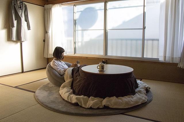 丸いちゃぶ台とシンプルなグレーの座椅子は、小林さんの快適な和室暮らしに欠かせないアイテム|シンプルな暮らしに最適な和室のメリット