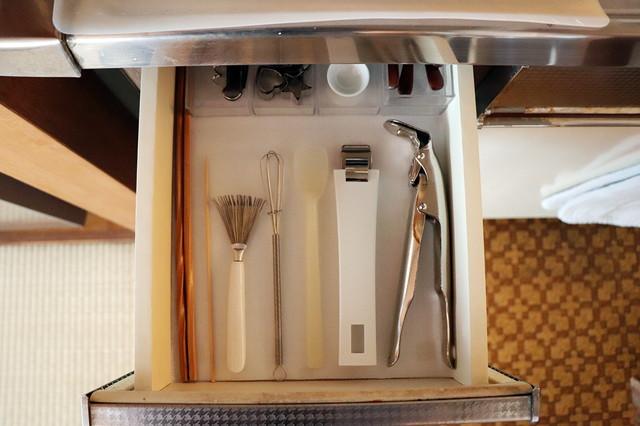 キッチンアイテムは重ねずに1つずつ並べて収納すると、見た目がすっきりして使いやすい|シンプルな暮らしに最適な和室のメリット