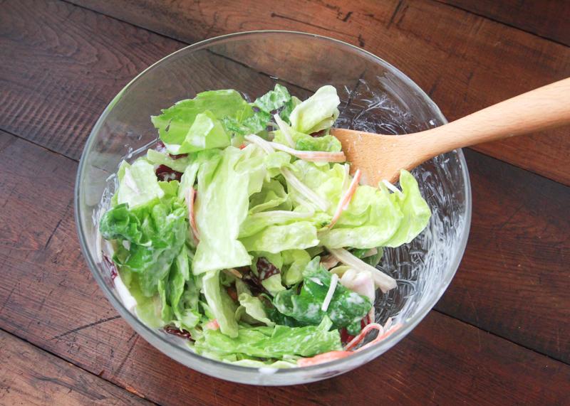 葉野菜をつぶさないようにふわりと混ぜる|ヨーグルトのグリーンサラダで花粉症対策