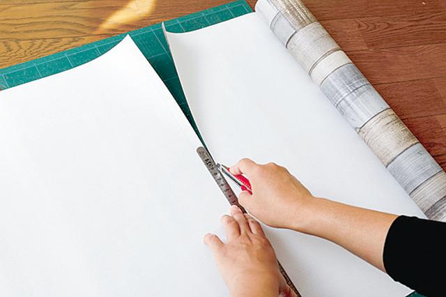 カッターで壁紙を切る際は定規を使おう