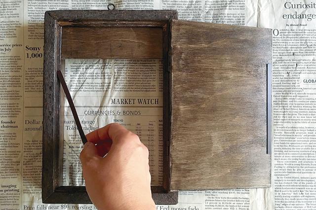 マグネットシールは本体と扉が同じ位置になるように貼る|インターフォンカバーの作り方