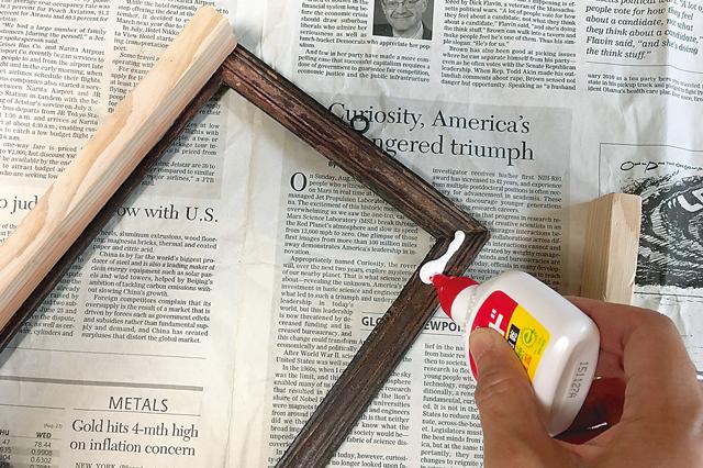 調整用木材は木工用ボンドで貼り付け|インターフォンカバーの作り方