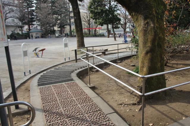 足つぼを刺激する「健康歩道」もある鶴巻南公園|下関マグロさんと歩く早稲田