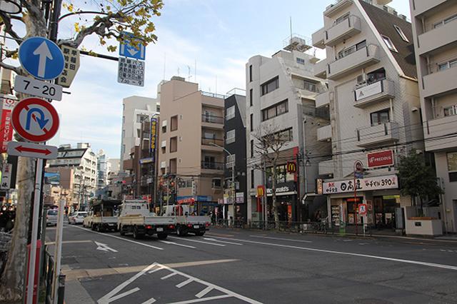 早稲田駅前の早稲田通り。車の交通量が多く、人の往来もにぎやかなため飲食店はかなり充実している|下関マグロさんと歩く早稲田