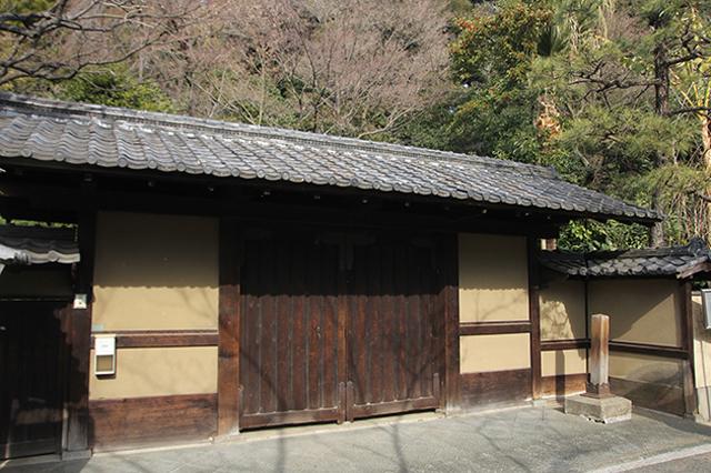 こちらはマグロさんお気に入りの「関口芭蕉庵」。松尾芭蕉の住居跡や庭が無料開放されている|下関マグロさんと歩く早稲田