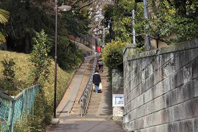 ホテル椿山荘東京から関口芭蕉庵への道すがらにある「胸突坂」。急な坂だが近隣住民はスイスイと上っていく|下関マグロさんと歩く早稲田