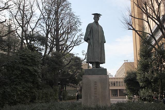 早稲田大学のメインキャンパスには創立者・大隈重信の彫像が立つ。マグロさんも構内のベンチで休憩したり、学食もたまに利用していたそう
