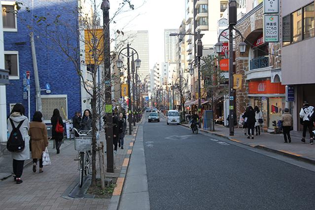 神楽坂へ。路地裏を含め、話題の飲食店も多い|下関マグロさんと歩く早稲田