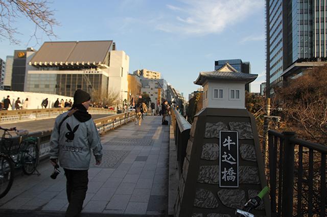 牛込橋を渡り、飯田橋駅へ。マグロさんの足取りは相変わらず軽い