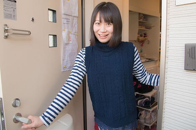 小島さんは、ボーダーの部屋着で登場した。青と白はよく着る服の色だそう|仮面女子・小島夕佳の部屋初公開!人気アイドルの一人暮らし