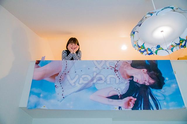 ロフトの壁には、盛り上げグッズの垂れ幕が。ファンを大切にする小島さんらしい|仮面女子・小島夕佳の部屋初公開!人気アイドルの一人暮らし