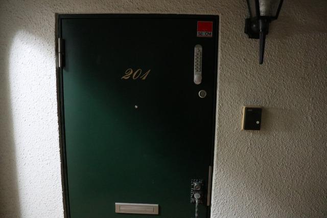 マンションの一室のような渋谷のシェアハウスの入り口|【シェアハウスの恋愛の実態】シェアハウスの恋愛には段階がある!? 渋谷のシェアハウスで恋愛の過程を調査してきた