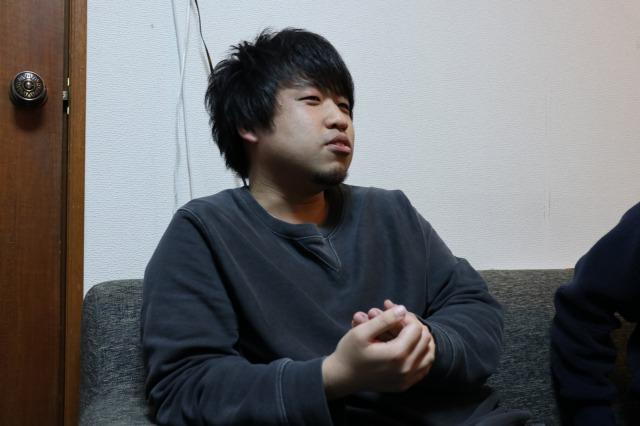 ボス格の雰囲気が伝わる座り方のヒロヤさん|【シェアハウスの恋愛の実態】シェアハウスの恋愛には段階がある!? 渋谷のシェアハウスで恋愛の過程を調査してきた
